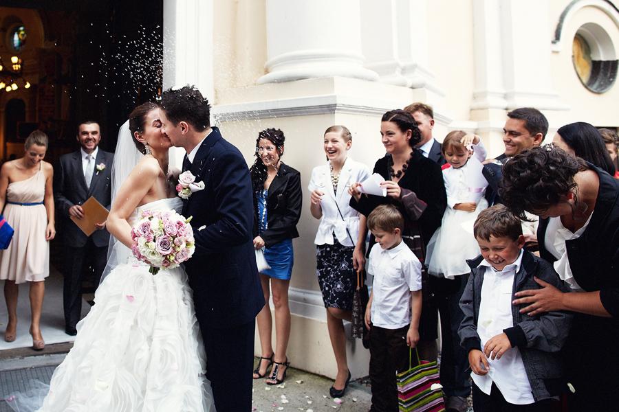 Pocałunek - przed kościołem - Para Młoda - ślub